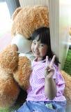 Petite fille avec l'ours de nounours Photo stock