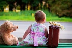 Petite fille avec l'ours et le bagage Photographie stock libre de droits