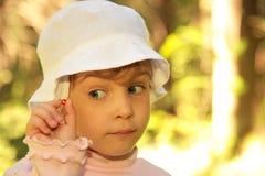 Petite fille avec la baie sauvage Image stock