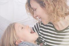 Petite fille avec la bouche ouverte Photo libre de droits
