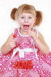 Petite fille avec la bougie rouge avec le mot AMOUR Image libre de droits