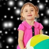 Petite fille avec la boule rayée Photos libres de droits