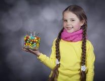 Petite fille avec la dragée à la gelée de sucre. images libres de droits
