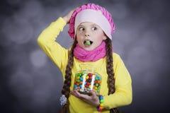 Petite fille avec la dragée à la gelée de sucre. photographie stock