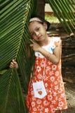 Petite fille avec la fronde de paume photographie stock libre de droits