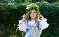 Petite fille avec la guirlande de fleur Images stock