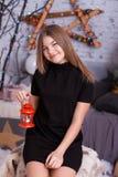 Petite fille avec la lampe décorative de vintage Photos stock