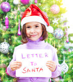 Petite fille avec la lettre à Santa Claus Photo stock