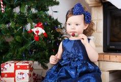 Petite fille avec la lucette et l'arbre et la décoration de Noël Photos stock