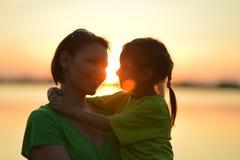 Petite fille avec la mère près de la mer Photographie stock libre de droits