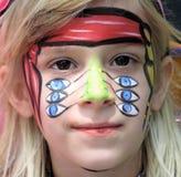 Petite fille avec la peinture de pirate Images stock