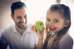 Petite fille avec la pomme photos libres de droits
