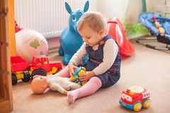 Petite fille avec la poupée Photos stock