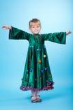 Petite fille avec la robe d'arbre de Noël photo libre de droits