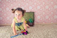 Petite fille avec la valise Photos stock
