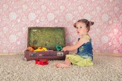 Petite fille avec la valise Photographie stock