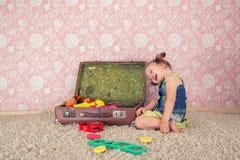 Petite fille avec la valise Image stock