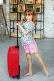 Petite fille avec la valise Concept, mode de vie, enfance, voyage, images stock