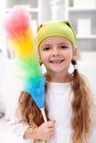 Petite fille avec le balai de saupoudrage Image libre de droits