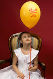 Petite fille avec le ballon jaune Image stock