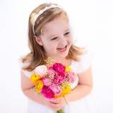 Petite fille avec le bouquet de fleur Photo stock