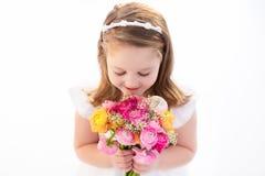Petite fille avec le bouquet de fleur Images stock