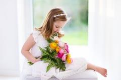 Petite fille avec le bouquet de fleur Images libres de droits