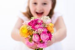 Petite fille avec le bouquet de fleur Image stock