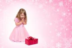 Petite fille avec le cadre de cadeau photographie stock