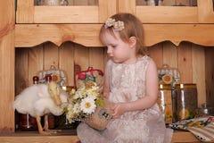Petite fille avec le caneton Images stock