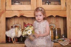 Petite fille avec le caneton Image stock