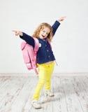Petite fille avec le cartable image libre de droits