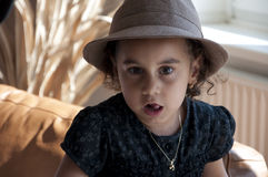 Petite fille avec le chapeau Images stock