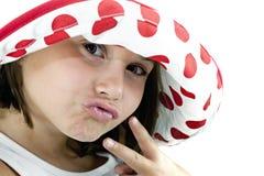 Petite fille avec le chapeau et le signe de paix Photo stock