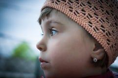 Petite fille avec le chapeau rose à crochet images stock