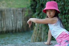 Petite fille avec le chapeau rose Photographie stock libre de droits