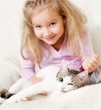 Petite fille avec le chat Images stock