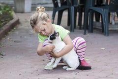 Petite fille avec le chat Photographie stock libre de droits