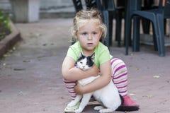 Petite fille avec le chat Photo libre de droits