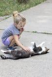 Petite fille avec le chat photos libres de droits