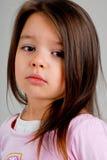 Petite fille avec le cheveu brun image stock