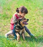Petite fille avec le chien Image libre de droits