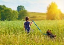 Petite fille avec le chien Photo stock