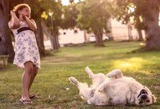 Petite fille avec le chien de golden retriever Image stock