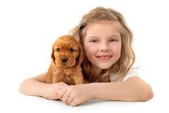 Petite fille avec le chiot rouge d'isolement sur le fond blanc Amitié d'animal familier d'enfant Image stock