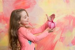Petite fille avec le coeur d'amour Photo stock