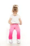 Petite fille avec le comprimé d'ordinateur. Images stock
