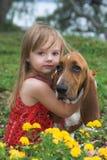 Petite fille avec le crabot Photographie stock