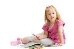 Petite fille avec le crayon rouge d'isolement Images stock