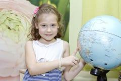 Petite fille avec le globe Images libres de droits